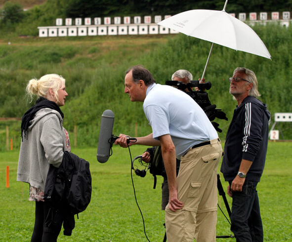 Anne-Mai Madsen interviewes af Erling Madsen til De Danske Skytteforeningers 150 års jubilæumsfilm.